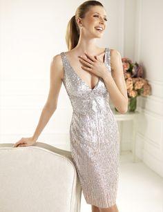 Vestido de cóctel en paillettes plata de la colección 2013 de Pronovias (Modelo Cadete)