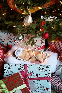 OMG I sooo want to do this pose for baby W. Can't wait for Xmas time...........Christmas Newborn #christmaslights #christmastree #newborn #headband