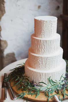 Simple wedding cake | Photo by Les Loups of the Wedding Artist Collective