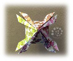 """Uma visão """"aérea"""" da LANTERNINHA JAPONESA (Flaviane Koti), dobrada com papel impresso em casa com a Estampa """"Hortênsias e Papoulas da Praia"""",  inspirada no LIVRO """"Origami em Flor"""" de Flaviane Koti e Vera Young, à venda também na Europa e nos Estados Unidos nos sites www.amazon.fr/... www.amazon.es/... www.amazon.it/...  www.amazon.co.uk/... www.amazon.de/... www.amazon.com/..."""