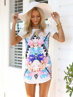 Love the pretty print on the dress<3