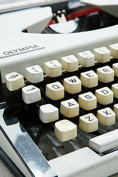 Vintage Olympia Traveller Deluxe Typewriter in Ivory http://uoeur.pe/uohomewares #Home #UrbanOutfittersEurope