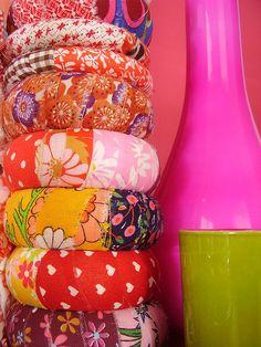 Forra de tela tus pulseras y personalízatelas a tu gusto :)