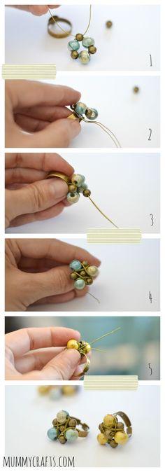 Enrollar el hilo matálico con las bolas de ceramica y las metalicas