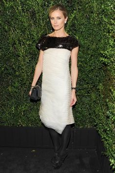 """Laura BAILEY lució un vestido corto en color blanco con lentejuelas negras en la parte superior, look 71 de la colección RTW Primavera-Verano 2012 con bolso en color gris.   Alta Joyería CHANEL: aretes """"Géode"""" de 18 quilates en oro blanco y diamantes."""