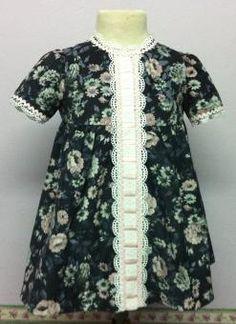 Vestido para bebe en micropana gris con flores en rosa, combinado con entredos con puntas blancas y piquillo rosa. Ropa de bebe de MiBebesito totalmente personalizable. Ideal para regalos, nacimientos, cumpleaños...