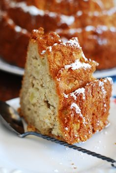 Thanksgiving dessert: apple cinnamon bundt cake! Great with coffee in the morning or as a dessert at night! JuliasAlbum.com | Thanksgiving apple recipes, #breakfast