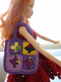 Barbie Granny Square Shopping Tote Bag (Free Crochet Pattern) crochet barbie patterns, doll cloth, barbi crochet, granny squares, barbi doll, barbi cloth, color tote, crochet patterns, tote bags