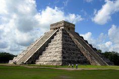 """Chichen Itza  Nombrada recientemente una de las 7 maravillas modernas, Chichen Itzá sorprende por su simetría e importancia arqueológica como testamento de la civilización maya y como legado astrológico al mundo.  Chichen Itzá significa """"boca del pozo de los itzaes"""": y es, por excelencia, la ciudad más poderosa de la Península."""