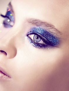 Love that sexy sparkle against a perfectly polished base. #sparkle #glitter #makeup