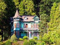 Victorian house in Portland, Oregon. Not my ideal place to live, but I love the look of Victorian houses.