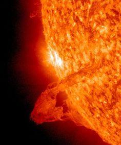 光球から噴き出すプラズマの弧、太陽フィラメント。NASAの太陽観測衛星ソーラー・ダイナミクス・オブザーバトリー(SDO)が1月28日に撮影した動画の1コマ。