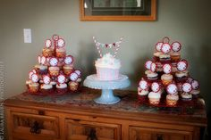 love the little cake with lots of cupcakes