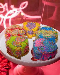 Sandy Pantangay of Créme Delicious created colorful henna-inspired mini cakes for this modern sangeet.