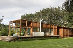 Photo © Simon Devitt / Sustainable native timber house on Great Barrier Island.