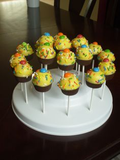 Cupcake Cake Pops being displayed in the Popztee cake pop stand