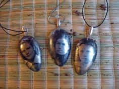 Spoon Jewelry with photo transfer - used Art Medium to #transfer #photos onto #upcycled #spoons to make #pendant / #jewelry - #crafts - some instructions provided but this is a translated page - comments help somewhat as well - by Leena's Crafts - tå√