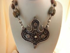 Ref. JQQ.        Antiguo collar etnico tradicional de plata procedente de Rajhastan, India.  El colgante de plata mide 10 cm. de alto y 7,8 cm. de ancho.  Precio: 330 Euros