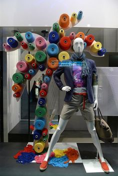 Vitrines United colors of Benetton - Paris, mai 2012 www.instorevoyage.com   #in-store marketing #visual merchandising