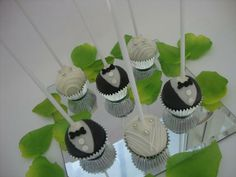 Instead of having traditional wedding favors why not have cake pops? These can be decorated to complement the bride and groom