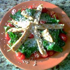 Una rica ensalada de arúgula, jitomates cherry, queso parmesano y pollo al grill con un aderezo de limón, aceite de oliva, sal y pimienta.