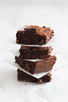 Brownie de chocolate Ingredientes 165 g de mantequilla 200 g de chocolate negro + 150 g troceado 3 huevos enteros + 2 yemas 2 cdta de extracto de vainilla 100 g de azúcar 65 g de azúcar moreno 2 cdas de harina 1 cda de cacao en polvo