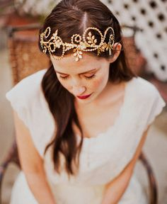 Unique wedding hairstyle idea using Etsy headband. Click through to see more.