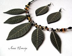 A tutorial on how to add leaf textures to pendants, by polymer artist  Anna Nomcàp. (Translate).  #Polymer #Clay #Tutorials