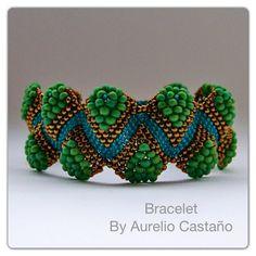Tear Bumps Bracelet-looks like peyote with 3 sizes of seed beads?