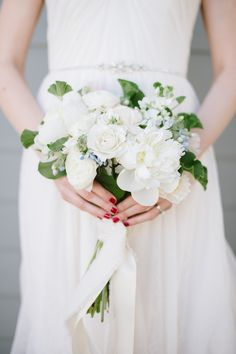 White bouquet with hints of blue. Coastal Glamour: A Nautical inspiration Shoot. Photography: Natalie Franke - nataliefranke.com white bouquets, flower