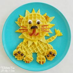 This insanely easy waffles lion is a mom win! #breakfast #kids