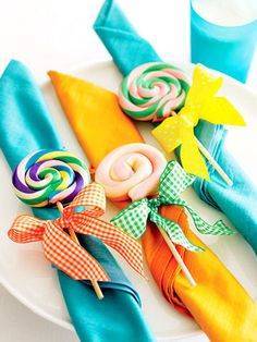 Lollypop napkins - Cute idea for the kids wedding table. Source: Super Brinquedos. #diy #kidstable table settings, birthday parti, idea, napkin rings, napkins, candi, napkin holders, lollipop party, kid parties