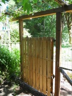 a make a gate from an old pallet -site with lots of ideas for repurposing pallets