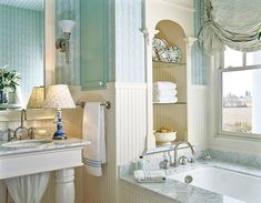 light blue bathroom. l like this color combo with the blue and tan. It makes it seem very relaxing.  Men inte mönstrad tapet isf
