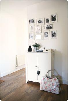 Fotos en blanco y negro emmarcadas con marcos blancos.
