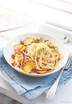 White Plate: Makaron z cukinią, chilli, pomidorem i ziołami