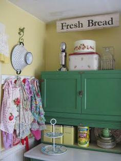 <3vintage farmhouse kitchen