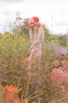 flower crowns, in a field photography, flower beds, flower children, flower fields, flower fairies, bohemian style, garden, flower photography