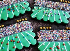 Football stadium cookies. I love how the sprinkles are used to make it look like theres a huge crowd of spectators. Amazing.