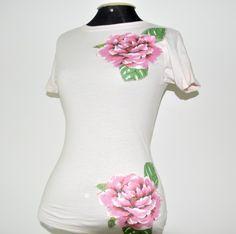 Camiseta rosa, malha HERING, tamanho médio, mangas curtas, decote redondo, com patch aplique de 2 flores.      ****   PRODUTO PRONTA  ENTREGA*******            Aceitamos encomendas em outros tamanhos, cores e modelos!                   Consultar valor do frete R$45,00