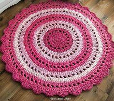 Fuente: http://hookandlinen.tumblr.com/post/48189203979/bright-pink-rag-rug-on-flickr