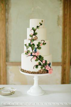 Secret Garden wedding cake: http://www.stylemepretty.com/virginia-weddings/2014/09/22/southern-secret-garden-inspiration-shoot/ | Photography: Abby Grace - http://www.abbygracephotography.com/