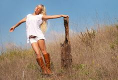 Ftop.ru » Celebrities » blonde, outdoor, white, meadow, boots, sexy babe, knee boots wallpaper