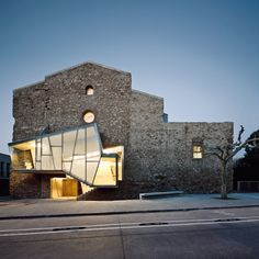 The intervention in the church of the convent of Sant Francesc, located in the Catalan town of Santpedor, was meant to convert the building into a cultural facility. By architect David Closes.