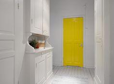 Hall with yellow doors / Przedpokój z żółtymi drzwiami