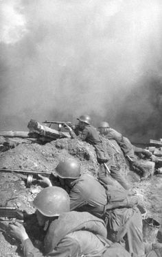 Red Army soldiers in position during the battle of Stalingrad . 1942