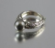 The COUNTESS 14k gold ring with Tahitian Pearl
