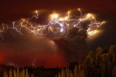 Volcano in Chile gets hit by thunderstorm