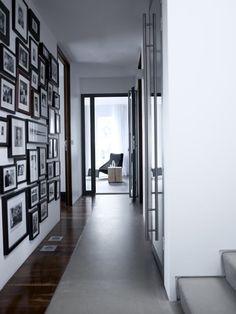 Pasillo con fotos en blanco y negro enmarcadas
