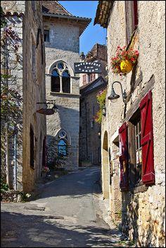 St-Cirq Lapopie sur le chemin de Compostelle, Classé l'un des plus beaux villages de France. St-Cirq est situé sur les rives du Lot.